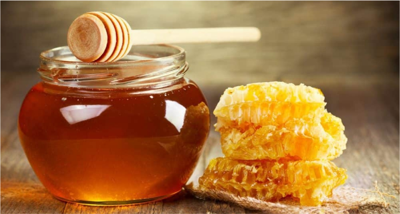 Use-Honey-to-Reduce-Pimple-Redness